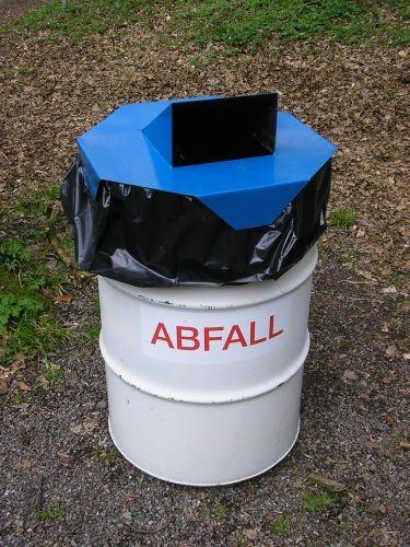 Abfallbehälterdeckel mit Einwurf